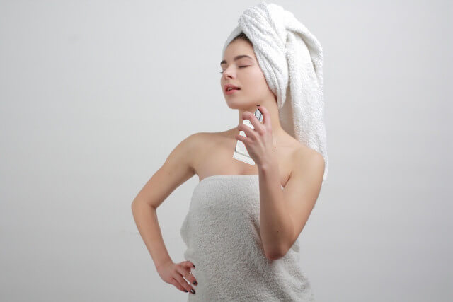 香水をつける女